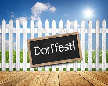 Schild am Zaun mit Dorffest