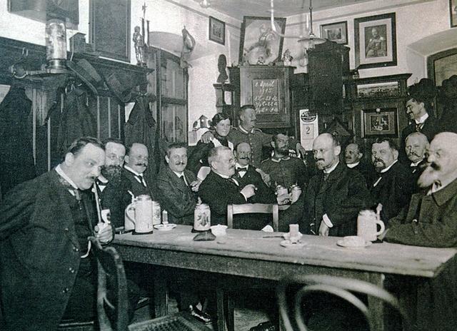 Hopfen+Malz Mitglieder des Fünferl-Vereins im Flötzinger Löchl um 1915.jpg