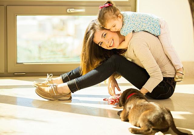 babysitter mit Kind und Welpe