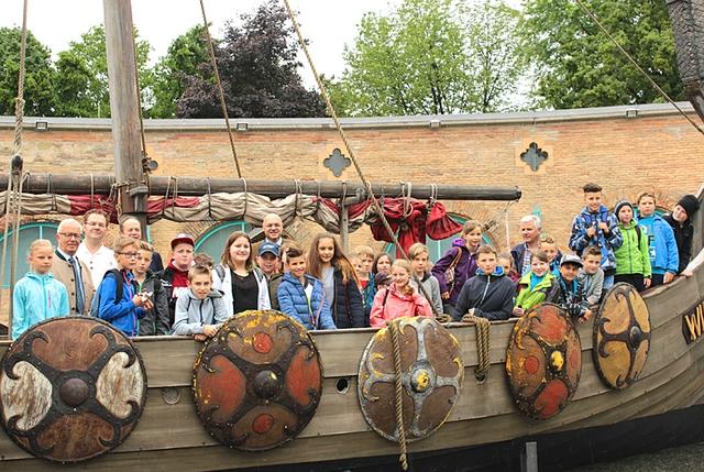 Schüler auf Wikingerschiff