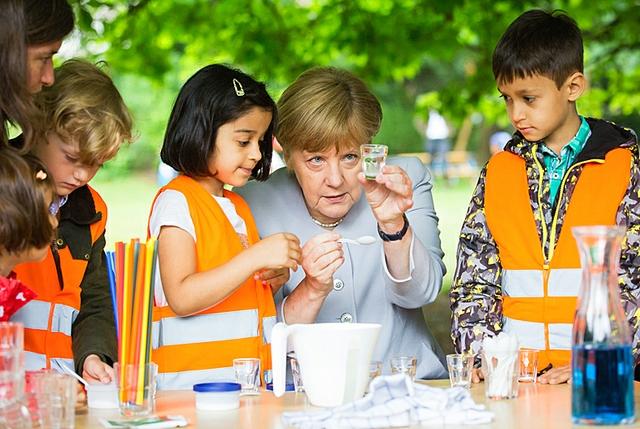 Angela Merkel mit Kita-Kindern