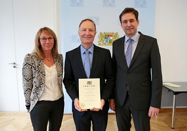 Staatssekretär Eisenreich_Urkunde_Grafing.JPG