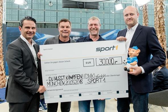 """CHECK24 ueberreicht im Doppelpass 30000 Euro an """"DU MUSST KAEMPFEN!"""".jpg"""