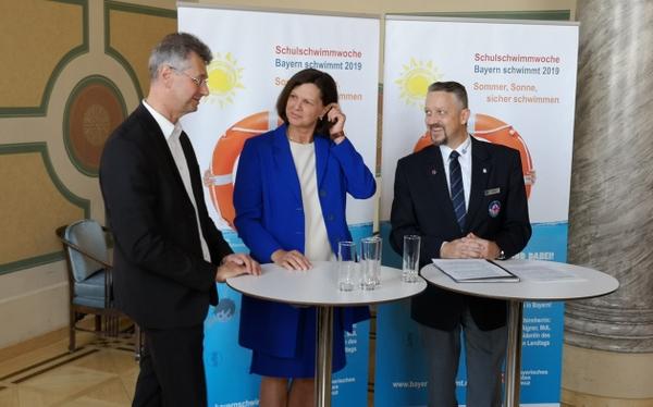 Wasserwacht-Bayern_links Prof. Dr. Michael Piazolo_Mitte Ilse Aigner_rechts Thomas Huber.jpg
