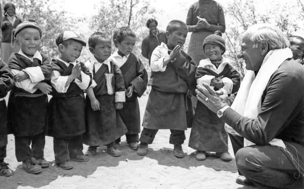 hermann-gmeiner-mit-tibetischen-fluechtlingskindern-in-dharamsala-╕Alexander-Gabriel.jpg