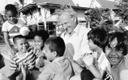 SOS_Thailand_KD-Bangpoo__Hermann-Gmeiner-mit-Kindern_╕SOS-Archiv_22947.jpg