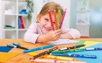 Combino Imagebild Malblock Girl 4 Buntstifte in der Hand-_JMW5460_combino_maedchen_Schreibtisch-highres.jpg