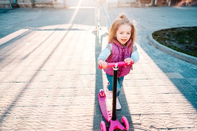 Kind fährt Roller.jpg