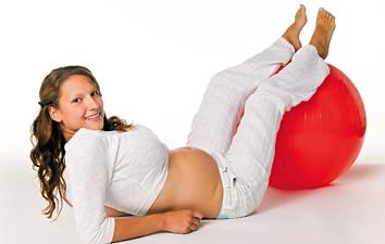 schwangere junge frau mit ball