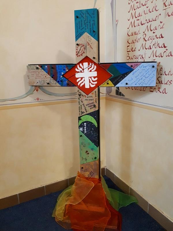 Kinder nageln ihre Sorgen ans Kreuz