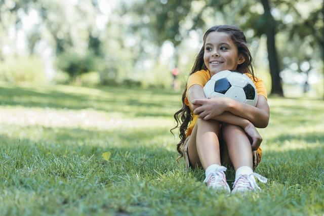 Mädchen an den Ball